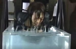 水車に括られて水責め拷問され、苦悶の表情の女子生徒と教師