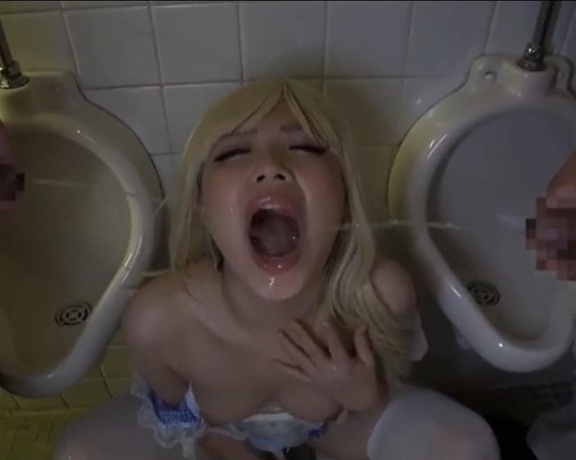 芦田知子 おしっこごっくん大好き変態飲尿コスプレ娘 男性用トイレでオナニーして、男尿をたくさん掛けられて飲んじゃいます