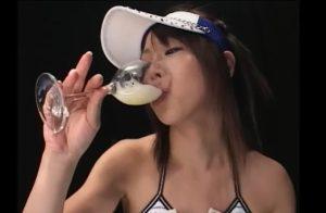ロングヘアのセクシーお姉さんの激しいザーメンプレイ グラスに溜めた大量ザーメンを一気飲み