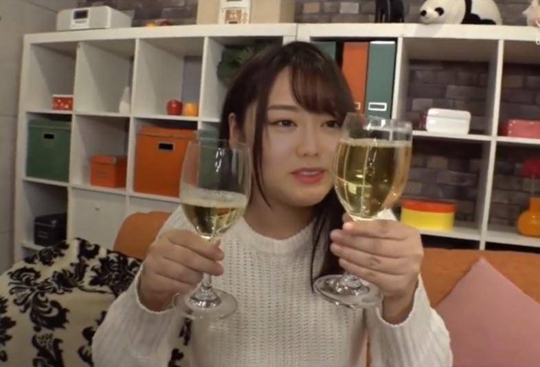おっさんの小便をグラスに入れて飲尿したり、男のアナルを舐め回す変態女