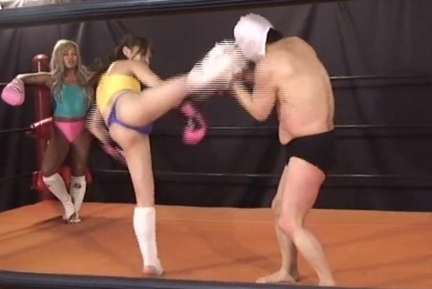 本格派の女性格闘家が強烈な金蹴りや打撃で、マスク男を痛めつけイジメ抜く 生駒はるな YUNI